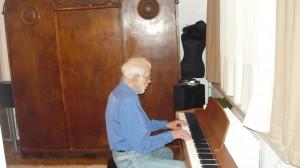 Неповторимият актьор и музикант Ицко Финци, както винаги изкушен от пианото