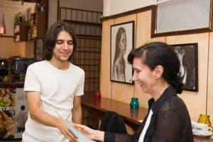 Дениз Герганова връчва грамотата на Константин Кучев - син на Ценка Кучева